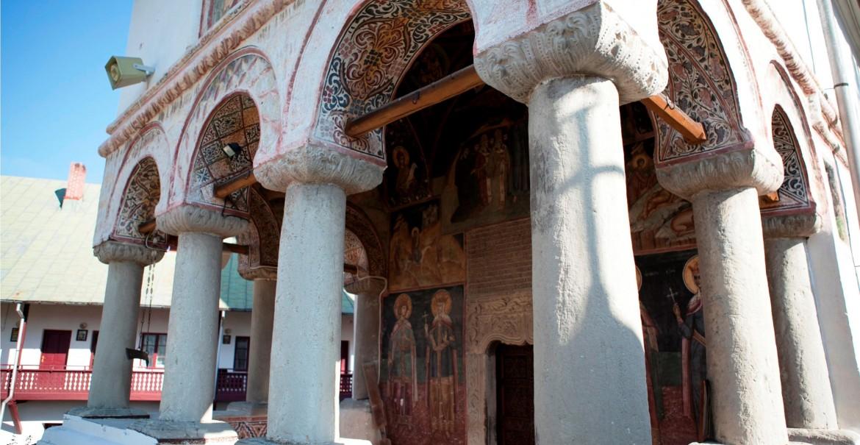 Pridvorul bisericii de la Govora
